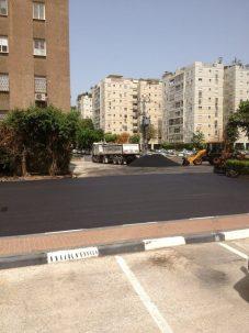 כביש סלול חדש עם בניינים
