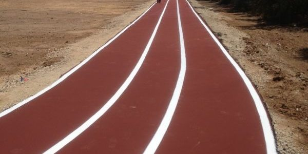 מסלול ריצה חדש בצבע אדום עם פס לבן באמצע